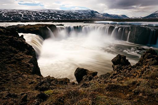 Unrecognizable Person「Goðafoss waterfall in winter, River Skjálfandafljót, Iceland, long exposure」:スマホ壁紙(18)