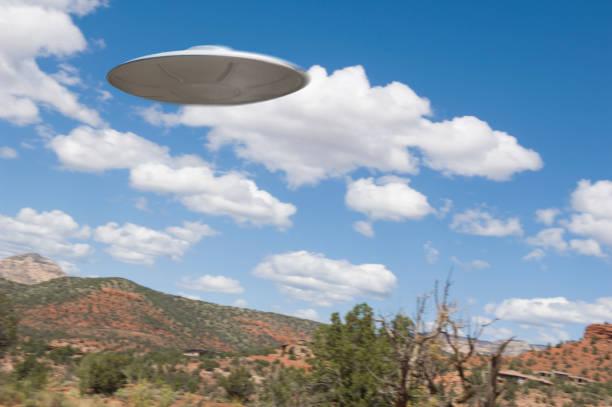 UFO flying over desert:スマホ壁紙(壁紙.com)