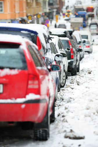 Snowdrift「Parked cars covered by snow, traffic in background」:スマホ壁紙(9)