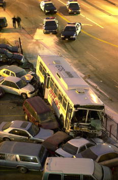Risk「Hijacked L.A. Bus Crashes, Kills One and Injures Seven」:写真・画像(13)[壁紙.com]