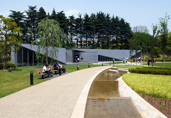 Footpath「21_21 Design Sight art gallery in park adjacent to Tokyo Midtown property development in Roppongi, Tokyo, Japan, opened 2007  Architect Tadao Ando」:写真・画像(18)[壁紙.com]