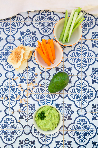 Crudite「Bowls of avocado hummus and crudites, avocado, chick-peas and flat bread on tiles」:スマホ壁紙(2)