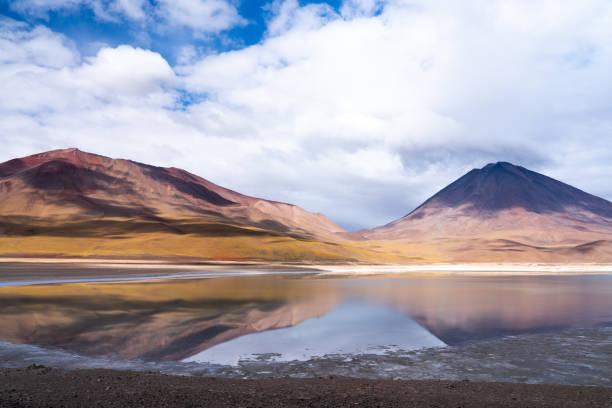 'Painted mountain' and Volcan Licanabur (5920m) reflected in Laguna Verde, Bolivian Highlands, Bolivia:スマホ壁紙(壁紙.com)