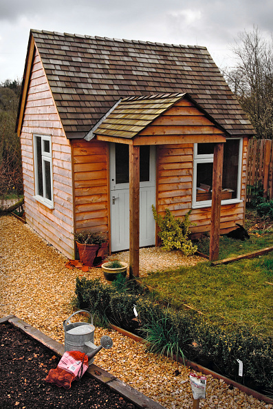 Lawn「A timber outhouse or shed housing an office Gloucestershire UK」:写真・画像(12)[壁紙.com]