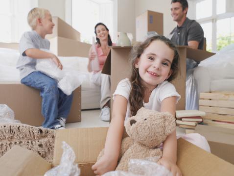 雪「Girl with teddy bear in cardboard box with brother and parents in background」:スマホ壁紙(2)