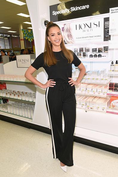 Alternative Pose「Jessica Alba Surprises Target Guests With Honest Beauty Makeovers」:写真・画像(6)[壁紙.com]