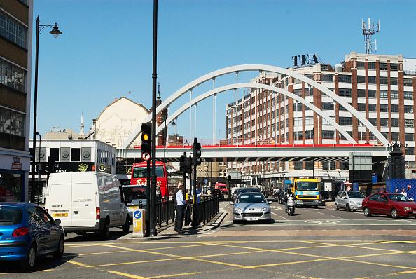 Road Signal「East London train line bridge passing over Shoreditch High Street, London, UK」:写真・画像(7)[壁紙.com]