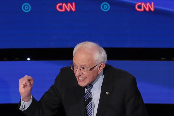 Scott Olson「Democratic Presidential Candidates Participate In Presidential Primary Debate In Des Moines, Iowa」:写真・画像(19)[壁紙.com]