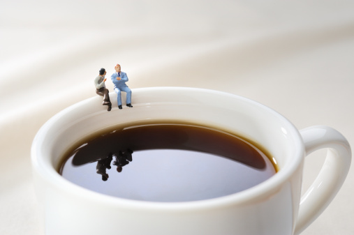 Coffee Break「Miniature doll sat chatting on a cup」:スマホ壁紙(19)
