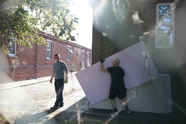 Small Office「First Asylum Seekers Arrive At Kent Army Barracks」:写真・画像(6)[壁紙.com]