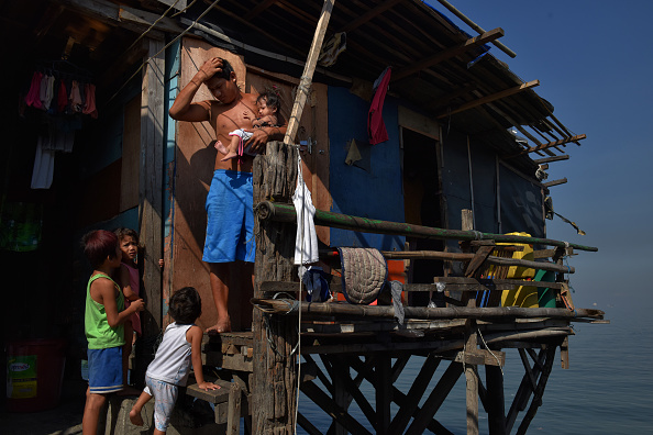 On Top Of「Filipinos Slum Dwellers Risk Rising Waters At Manila's Coast」:写真・画像(16)[壁紙.com]
