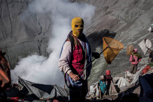 Waiting「Villagers Offer Up Gifts To Volcano As Part Of Yadnya Kasada Festival」:写真・画像(7)[壁紙.com]