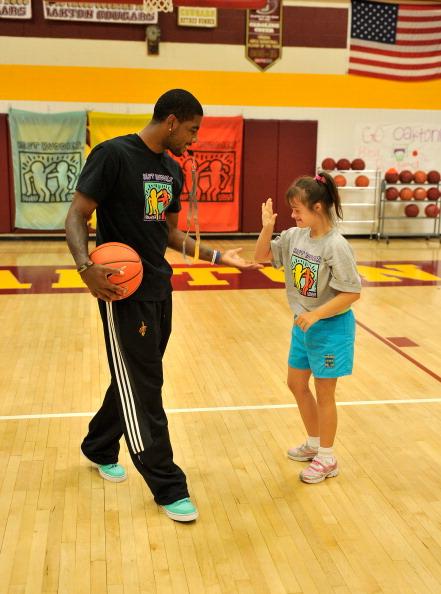 プレーする「2013 Audi Best Buddies Challenge Basketball Clinic Hosted By Cleveland Cavaliers Kyrie Irving」:写真・画像(14)[壁紙.com]