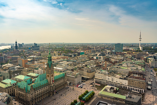 Town Square「Cityscape with city hall and old town, Hamburg, Germany」:スマホ壁紙(7)