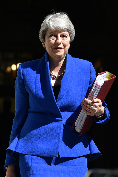 Looking At Camera「Theresa May Leaves Downing Street For Her Last PMQs」:写真・画像(17)[壁紙.com]