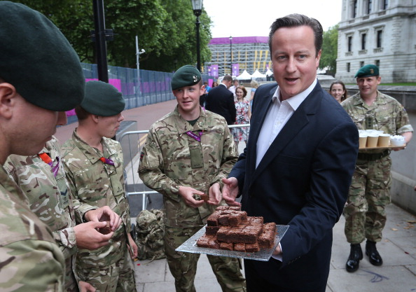 2012 Summer Olympics - London「Prime Minister David Cameron Meets Soldiers On Security Duties」:写真・画像(8)[壁紙.com]