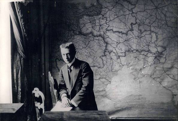 Dresser「Prime Minister Of The Russian Provisional Government Alexander Kerensky In His Bureau In The Winter」:写真・画像(6)[壁紙.com]