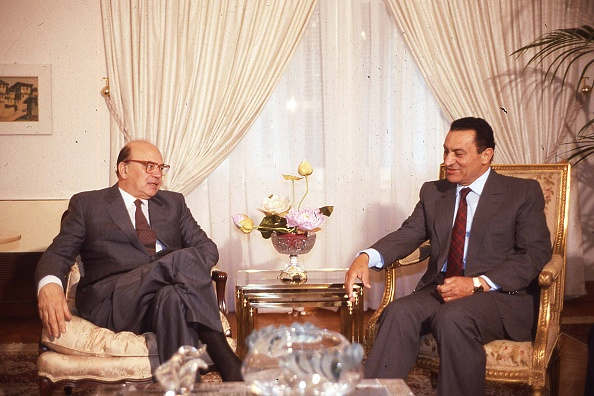 Chair「Prime Minister of Italy Bettino Craxi talks to President of Egypt Hosni Mubarak during an official visit in Egypt, 1986」:写真・画像(15)[壁紙.com]