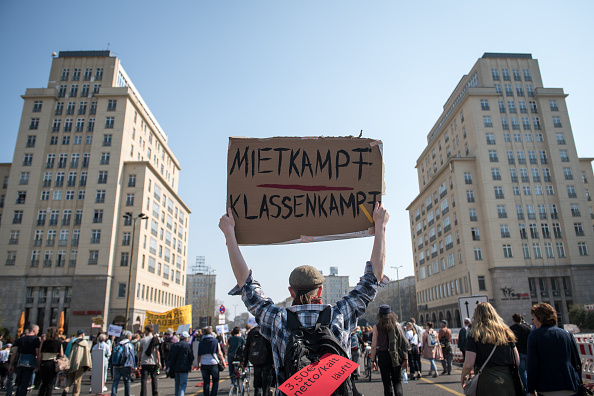 Protestor「Demonstrators Protest Against Tightening Housing Market In Berlin」:写真・画像(7)[壁紙.com]