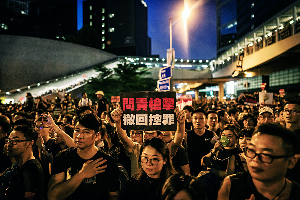 Holding「Hong Kongers Protest Over China Extradition Law」:写真・画像(12)[壁紙.com]