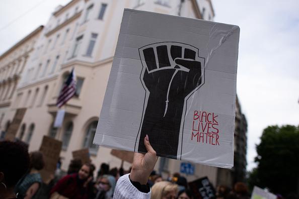 Gesturing「Black Lives Matter Protest At U.S. Embassy In Vienna」:写真・画像(8)[壁紙.com]