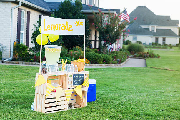 Lemonade stand set up in front yard:スマホ壁紙(壁紙.com)