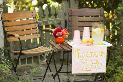 Picnic Table「Lemonade stand placed in a garden」:スマホ壁紙(12)