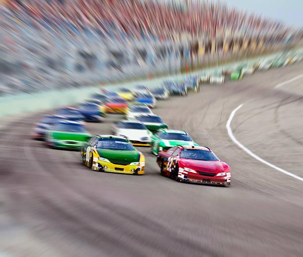 Race cars racing around a track.:スマホ壁紙(壁紙.com)