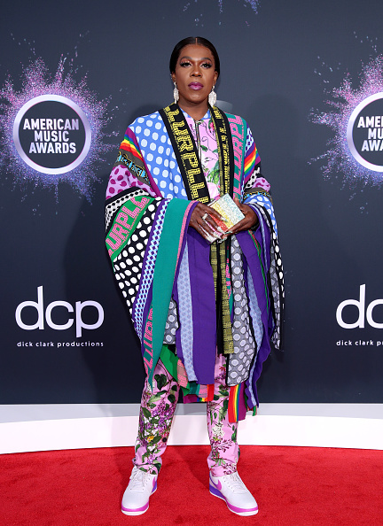 Multi Colored Purse「2019 American Music Awards - Arrivals」:写真・画像(2)[壁紙.com]