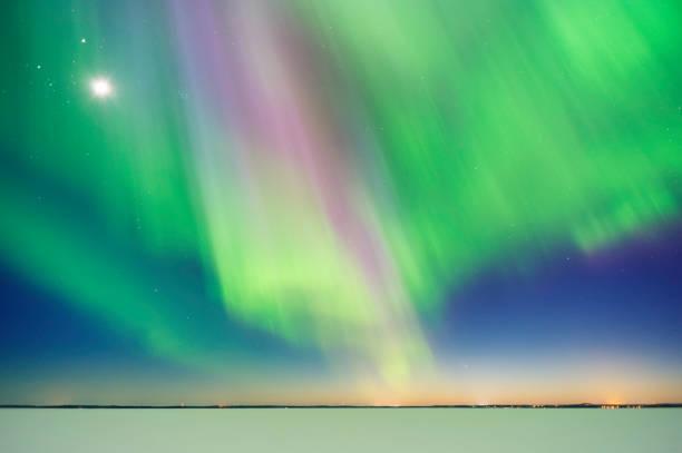 オーロラと月面上の日没後の湖の凍結:スマホ壁紙(壁紙.com)