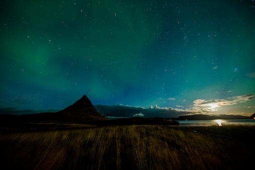 star sky「Aurora Borealis over mountain in Iceland」:スマホ壁紙(0)