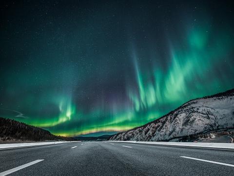 Yukon「aurora borealis over asphalt road in Canada」:スマホ壁紙(9)