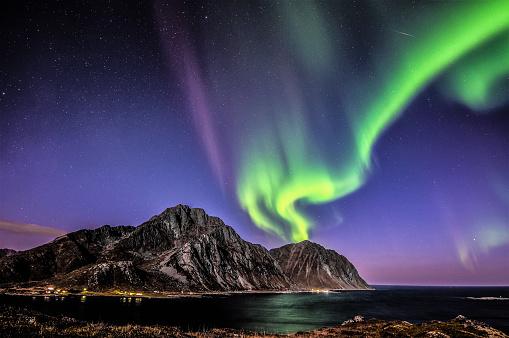 ノルウェー「Aurora Borealis above Mt Nappstinden, Lofoten, Nordland, Norway」:スマホ壁紙(4)