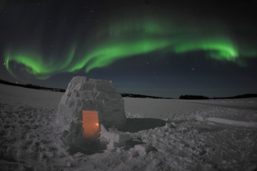 かまくら「Aurora borealis over an igloo on Walsh Lake, Yellowknife, Northwest Territories, Canada.」:スマホ壁紙(13)