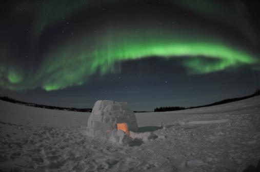 Igloo「Aurora borealis over an igloo on Walsh Lake, Yellowknife, Northwest Territories, Canada.」:スマホ壁紙(19)