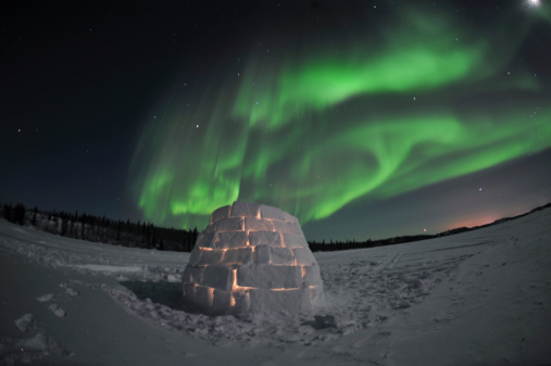 かまくら「Aurora borealis over an igloo on Walsh Lake, Yellowknife, Northwest Territories, Canada.」:スマホ壁紙(12)