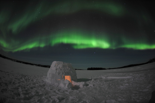 かまくら「Aurora borealis over an igloo on Walsh Lake, Yellowknife, Northwest Territories, Canada.」:スマホ壁紙(15)