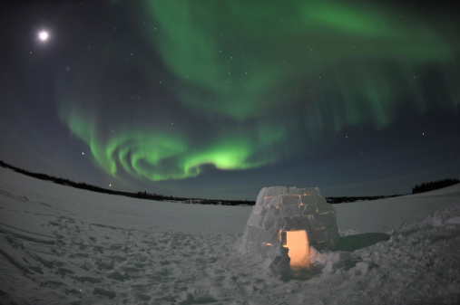 かまくら「Aurora borealis over an igloo on Walsh Lake, Yellowknife, Northwest Territories, Canada.」:スマホ壁紙(14)