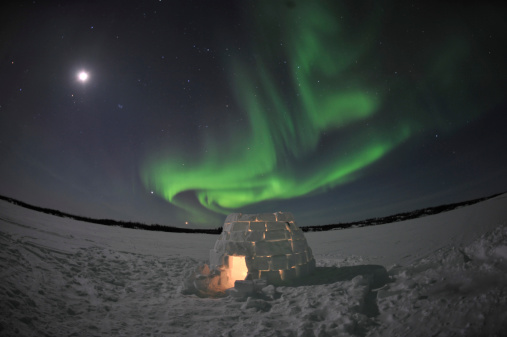 Igloo「Aurora borealis over an igloo on Walsh Lake, Yellowknife, Northwest Territories, Canada.」:スマホ壁紙(1)