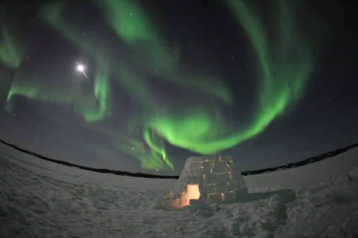 Igloo「Aurora borealis over an igloo on Walsh Lake, Yellowknife, Northwest Territories, Canada.」:スマホ壁紙(12)