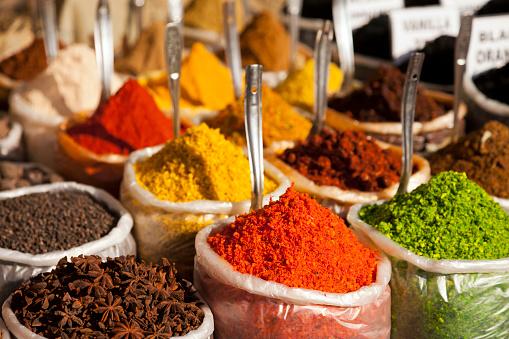 Sensory Perception「India, Goa, Anjuna, plastic bags of spices on market」:スマホ壁紙(3)