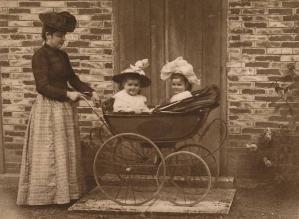 Woman And Children In A Pushchair:ニュース(壁紙.com)