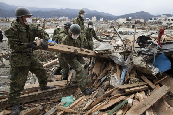Rubble「Rescue Work Continues in Japan As Nuclear Threat Looms」:写真・画像(17)[壁紙.com]