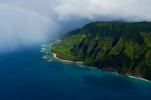 虹「Rainbow over the Napali Coast Ocean in Kauai.」:スマホ壁紙(12)