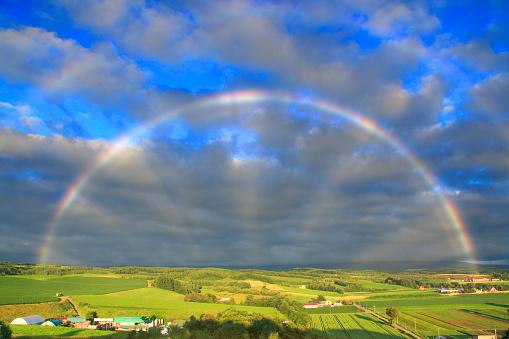 虹「Rainbow over fields」:スマホ壁紙(12)