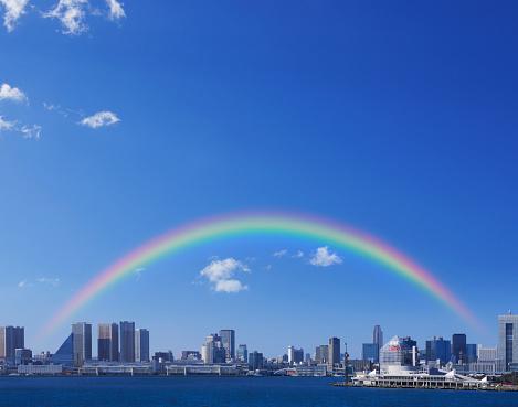 虹「Rainbow over Tokyo skyline, Japan」:スマホ壁紙(4)