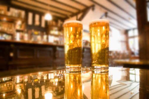 Beer「two beers sitting on table」:スマホ壁紙(15)