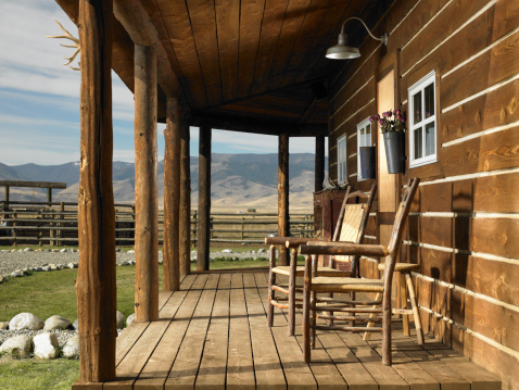 Wooden Post「USA, Montana, Bozeman, chairs on porch of cabin」:スマホ壁紙(8)