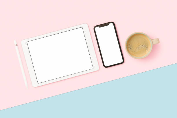 Things on my desk flat lay:スマホ壁紙(壁紙.com)