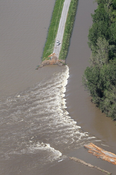 United States Army Corps of Engineers「In Effort To Save Homes, Army Corps Blows Up Levee To Flood Farm Fields」:写真・画像(9)[壁紙.com]